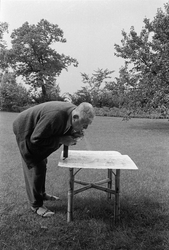 Oskar Kokoschka im Garten seines Hauses in Villeneuve, Schweiz, 1959