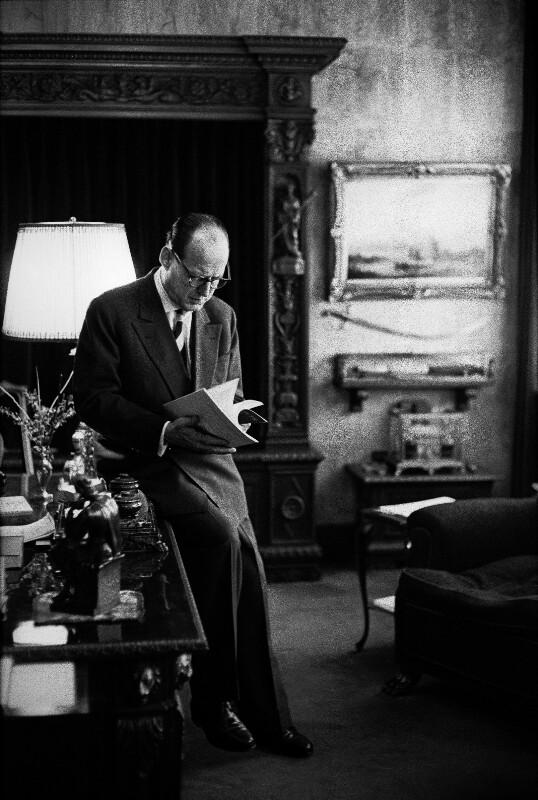 """Manfred von Ardenne, Top-Wissenschaftler der Deutsch-Demokratischen-Republik, in seinem Institut """"Am Weissen Hirsch"""" in Dresden, 1959"""