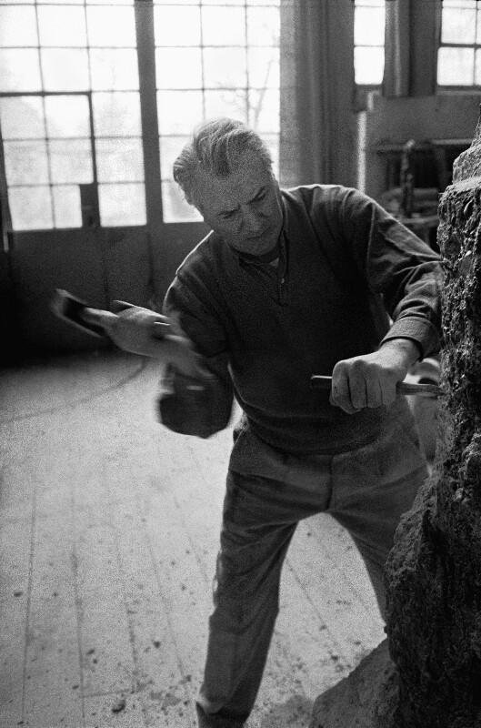 Der Bildhauer Fritz Wotruba bei der Arbeit, Wien, 1959