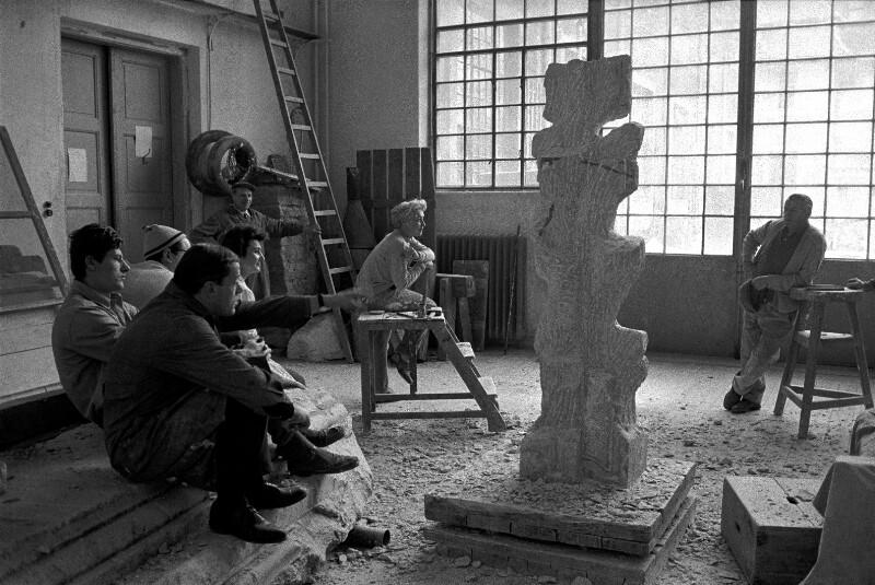 Der Bildhauer Fritz Wotruba mit Schülern in seinem Atelier, Wien, 1959