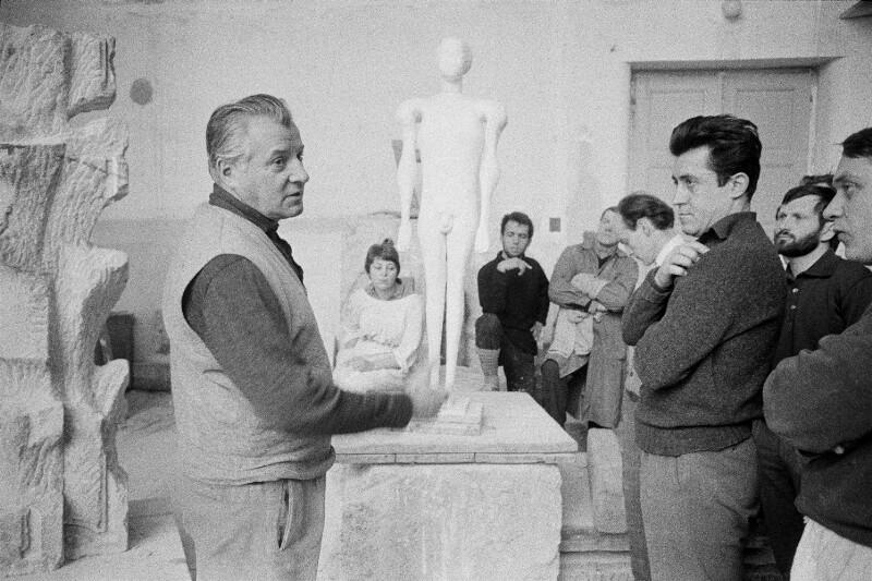 Der Bildhauer Fritz Wotruba in seinem Atelier in Wien, 1959