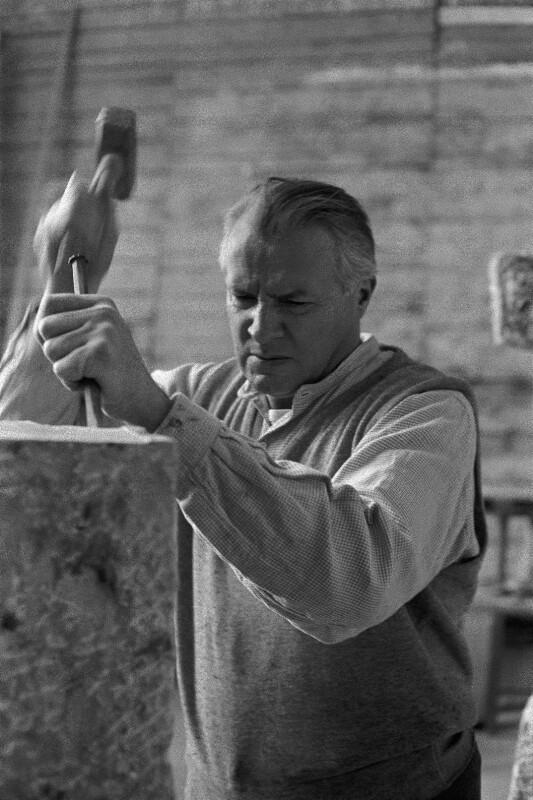 Österreichischer Bildhauer Fritz Wotruba in seinem Studio in Wien, 1959