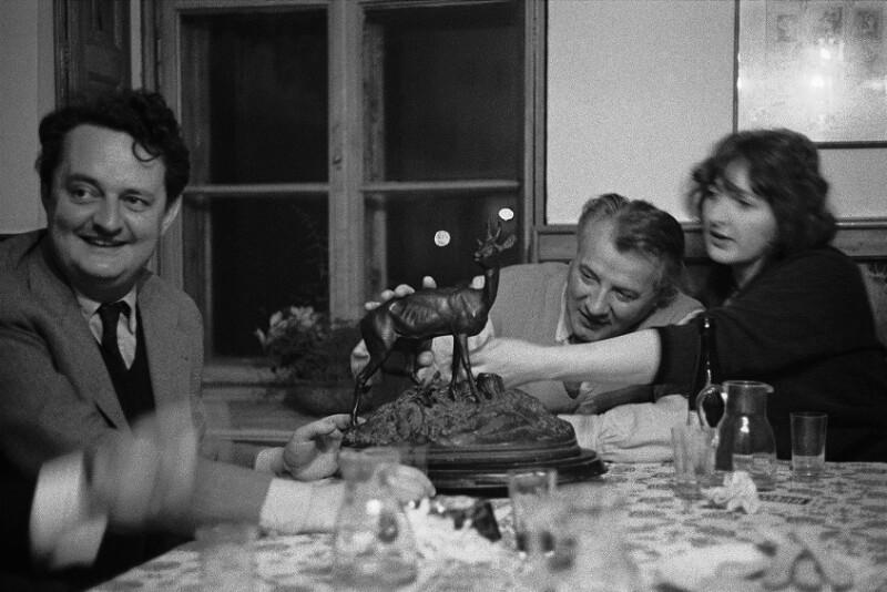 Österreichischer Bildhauer Fritz Wotruba mit seiner Frau und dem Komponisten Gottfried von Einem in ihren Lieblings-Pub in Niederösterreich, 1960