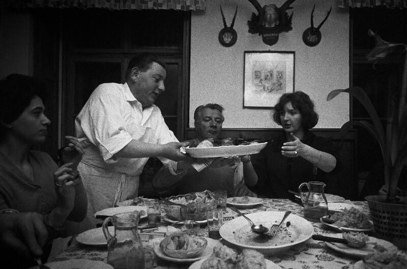 Der Bildhauer Fritz Wotruba mit seiner Frau Lucy in einem niederösterreichischen Gasthaus, 1960