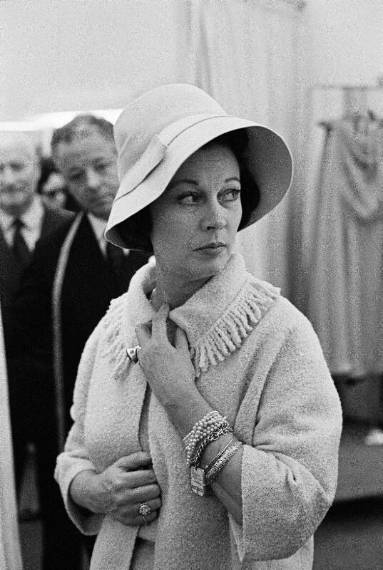Der Modeschöpfer Pierre Balmain bei einer Anprobe mit der Schauspielerin Vivien Leigh, Paris, 1960