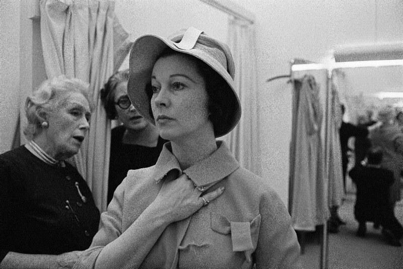 Die Schauspielerin Vivien Leigh bei einer Anprobe im Modesalon Pierre Balmains, Paris, 1960