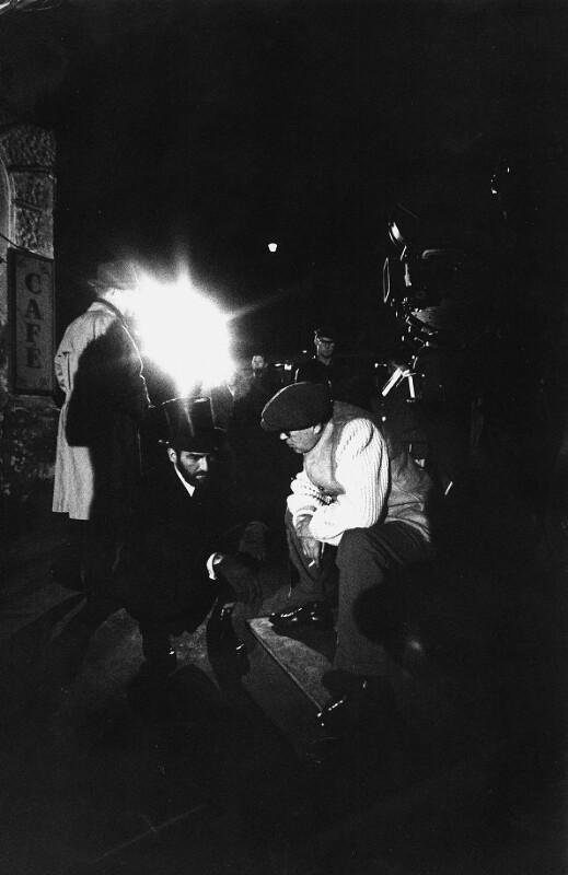 """Regisseur John Huston im Gespräch mit seinem Hauptdarsteller Montgomery Clift während der Dreharbeiten zu """"Freud"""", Wien, 1961"""