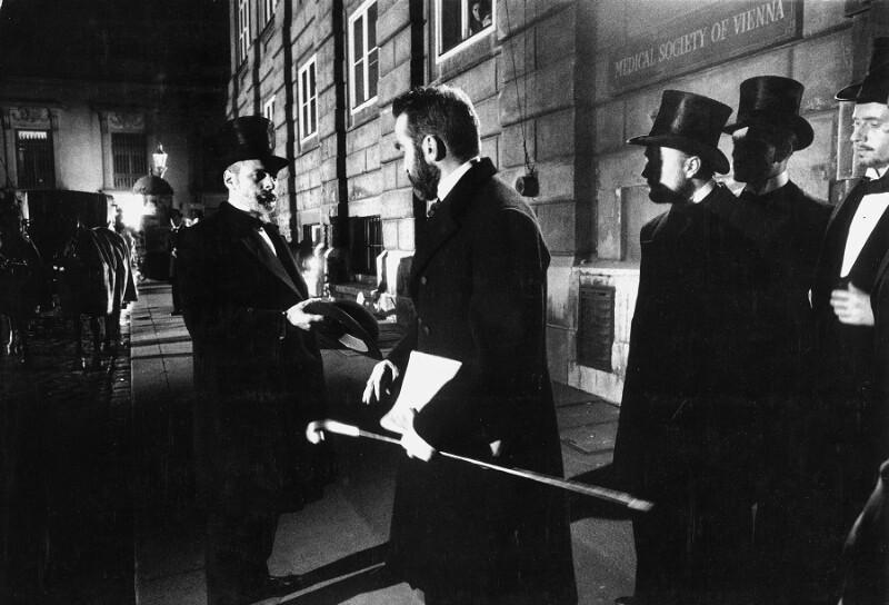 """Montgomery Clift als Sigmund Freud während der Dreharbeiten zu John Hustons """"Freud"""", Wien, 1961"""