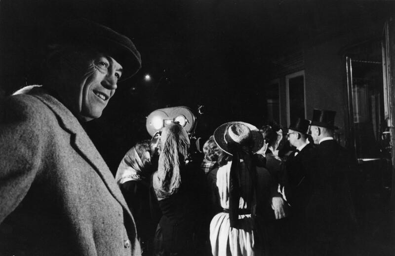 """Der Regisseur John Huston während der Dreharbeiten zu """"Freud"""", Wien, 1961"""