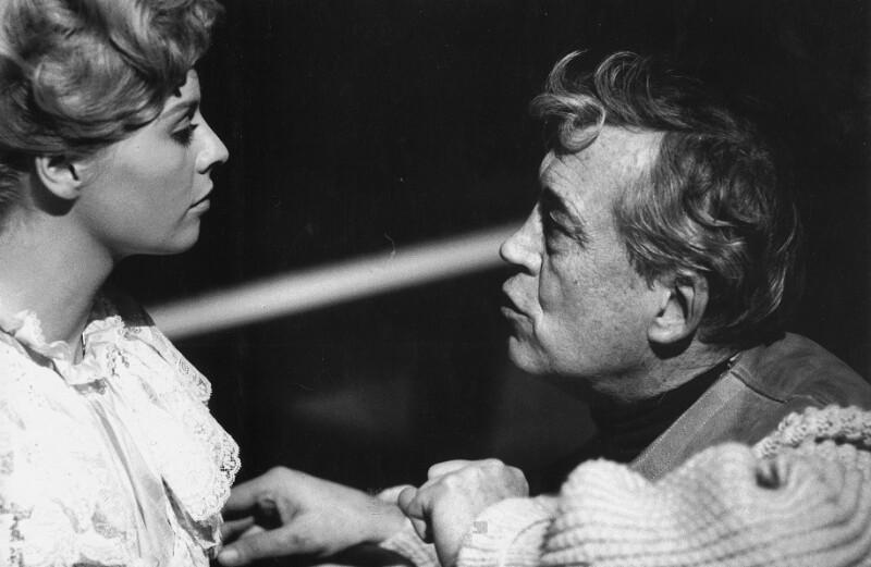 """Die Schauspielerin Susannah York und der Regisseur John Huston während der Dreharbeiten zu """"Freud"""", Wien, 1961"""