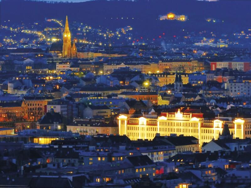 Rudolfsheimer Pfarrkirche und Zentralberufsschule bei Nacht