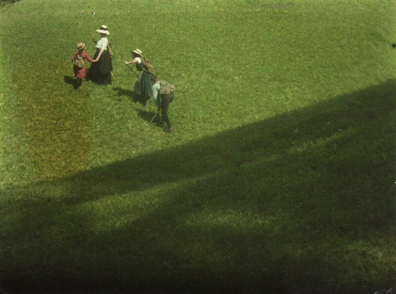 Mary Warner, Lotte, Edeltrude und Walter Kühn in der Landschaft