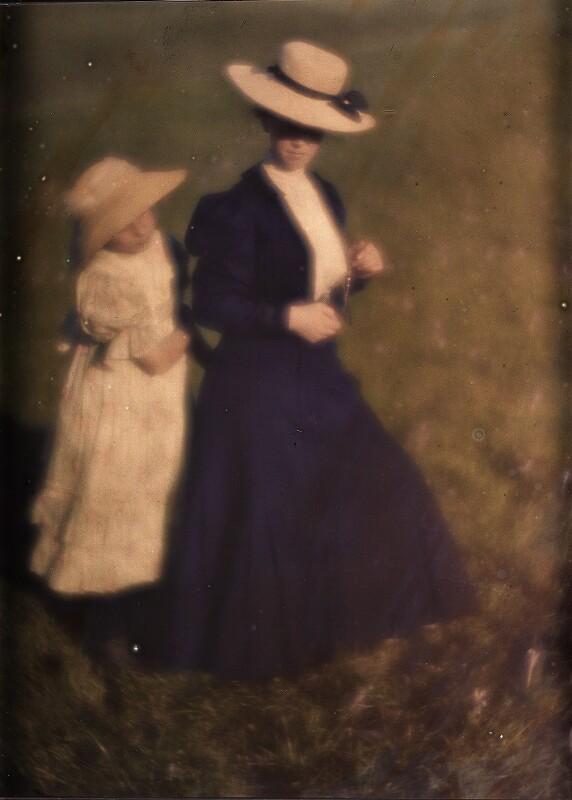 Edeltrude und Miss Mary in weißem und blauen Kostüm