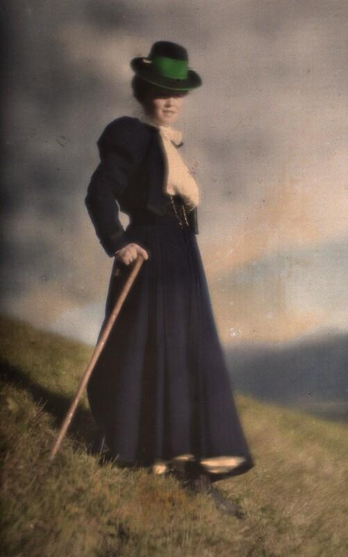 Miss Mary im blauen Kostüm