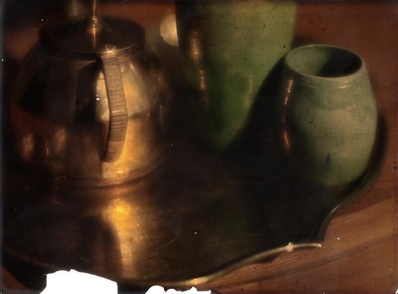Stillleben mit Teekanne und türkisen Tongefäßen