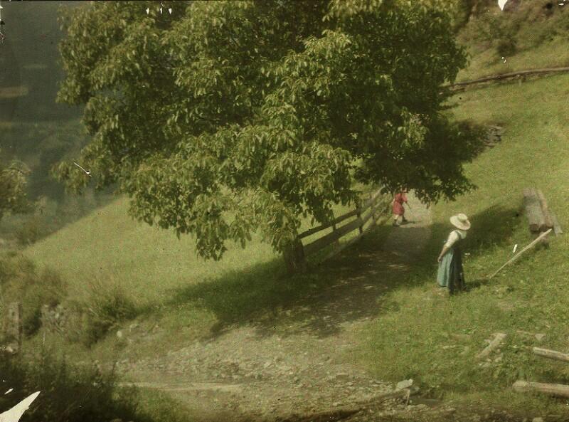 Edeltrude und Lotte Kühn in der Landschaft