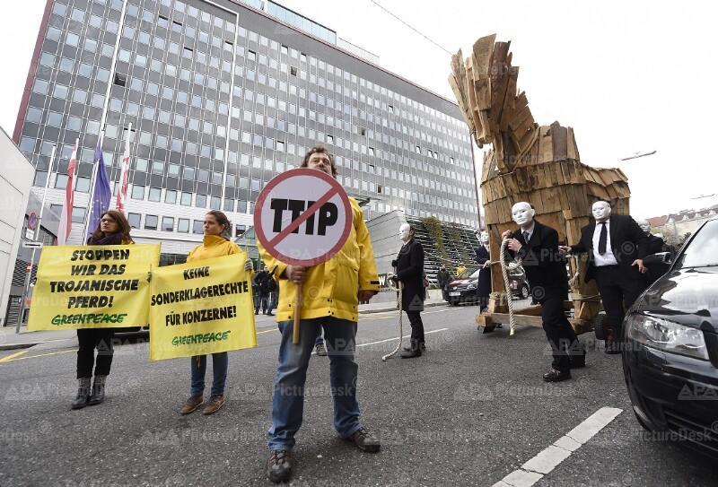 """Aktion von Greenpeace """"Trojanisches Pferd zieht durch Wien"""""""