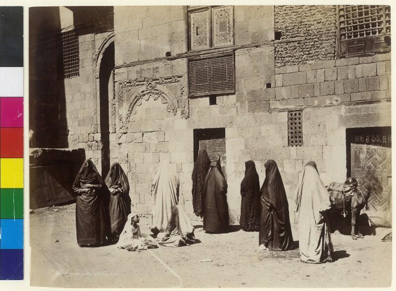 Frauen mit Burka gehen ins Bad in Kairo, Ägypten