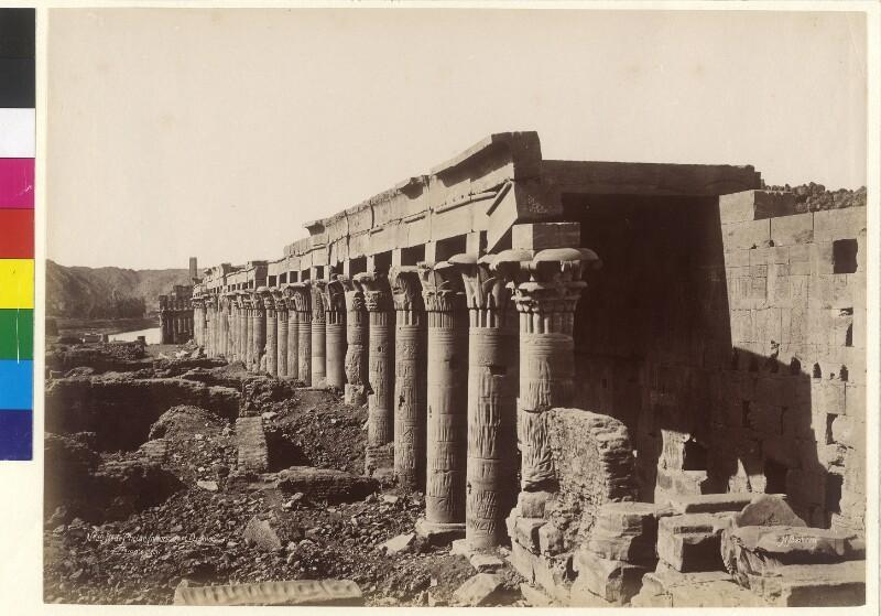 Westlicher Säulengang vor dem Isis-Tempel auf der Insel Philae im Fluss Nil, Ägypten