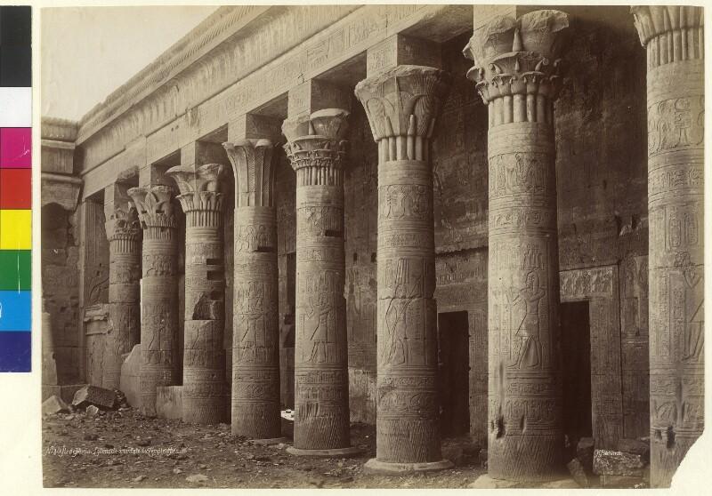 Säulengang vor dem Isis-Tempel auf der Insel Philae im Fluss Nil, Ägypten