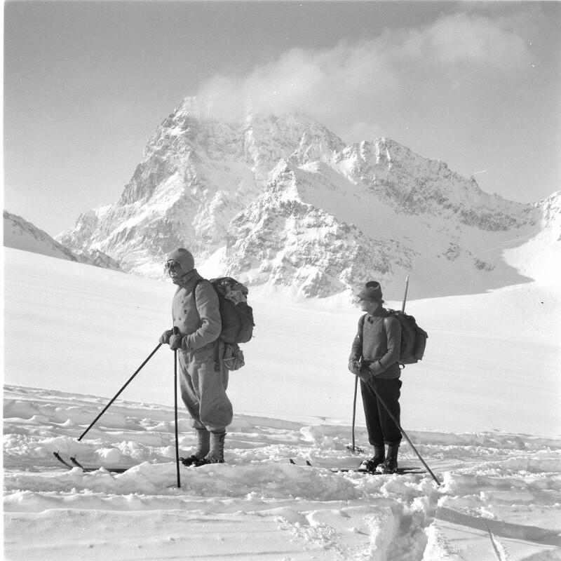 Schifahrer vor einem Berggipfel