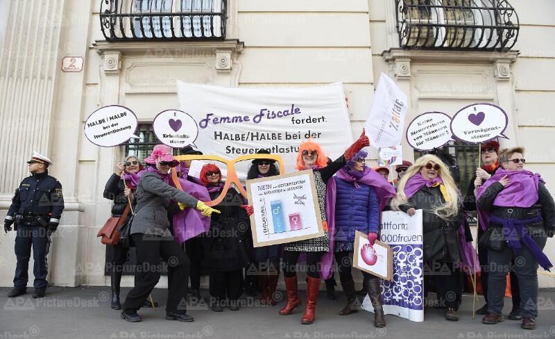 """AKTION INITIATIVE """"FEMME FISCALE"""" VOR DEM BUNDESKANZLERAMT IN WIEN"""