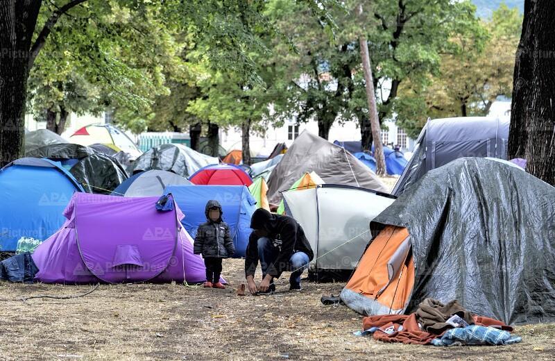 """Flüchtlinge zwischen Zelten am Gelände der """"Erstaufnahmestelle Ost"""""""