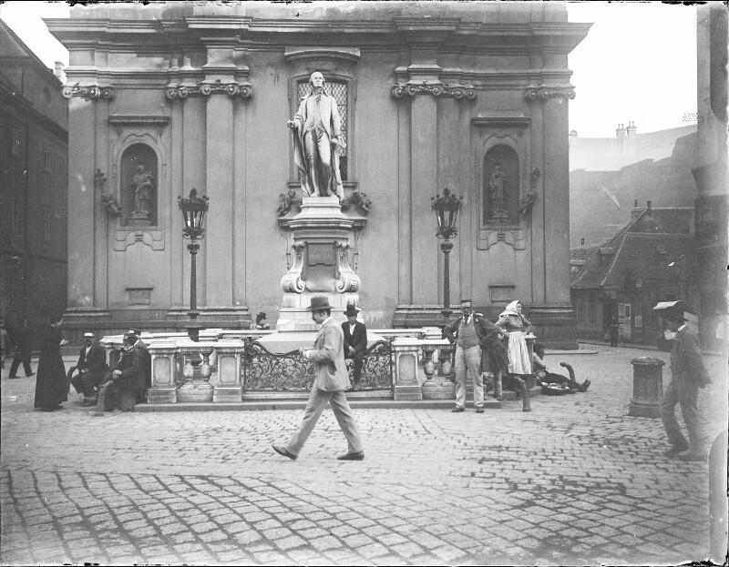 Mariahilf-Kirche mit Haydndenkmal davor in der Mariahilferstraße.