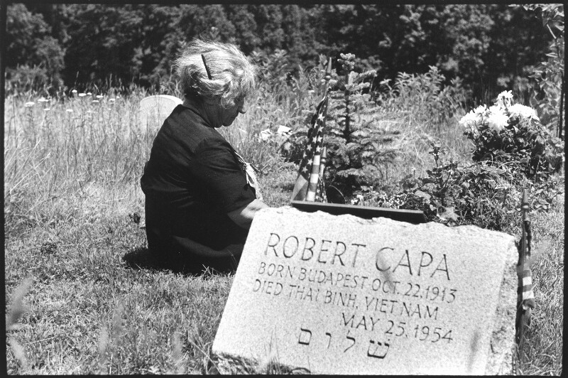 Julia Friedmann am Grab ihres Sohnes Robert Capa