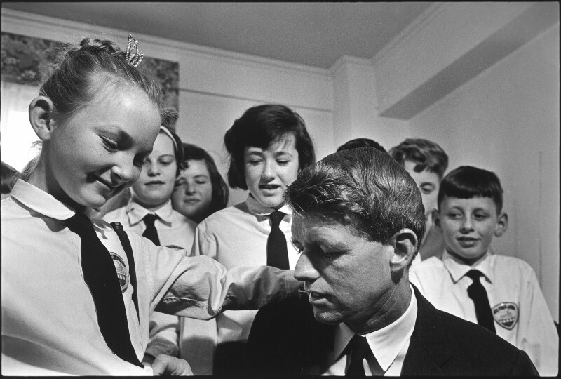 Robert Kennedy mit Kindern aus Irland