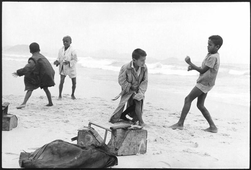 Junge Schuhputzer (shoeshine boys) am Strand von Copacabana