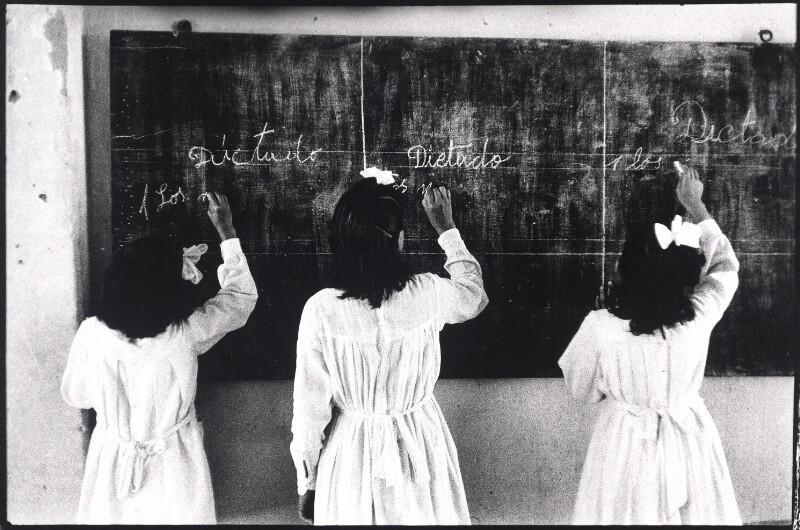 Schulkinder an der Tafel