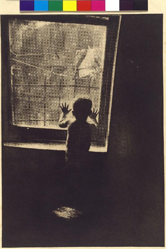 Kind vor dem Fenster in New York.