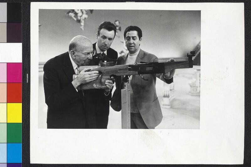 Robert Stolz probt Schuß mit Armbrust - Vico Torriani und Peter Alexander schauen zu, Probe für die Sendung 'Goldener Schuß'