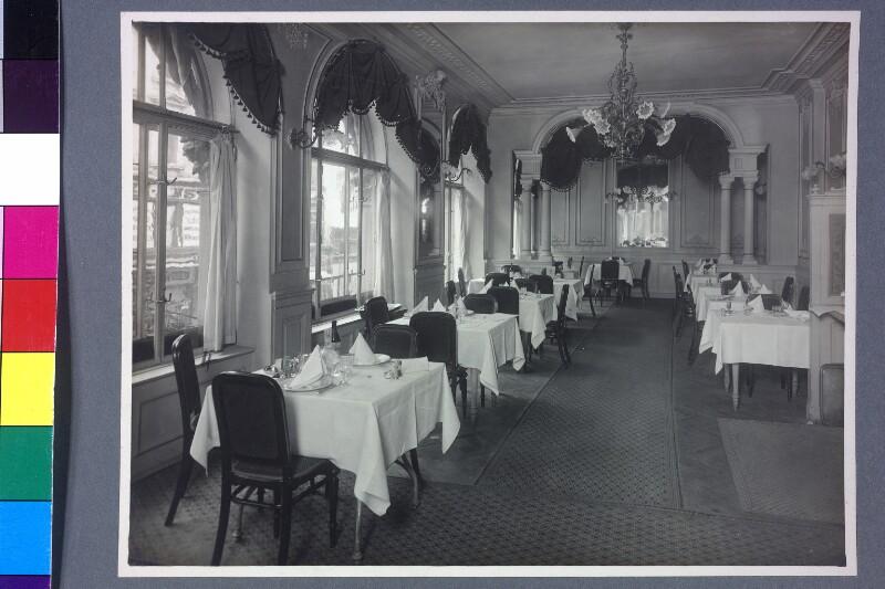 Blick in den Innenraum eines eleganten Speiselokals