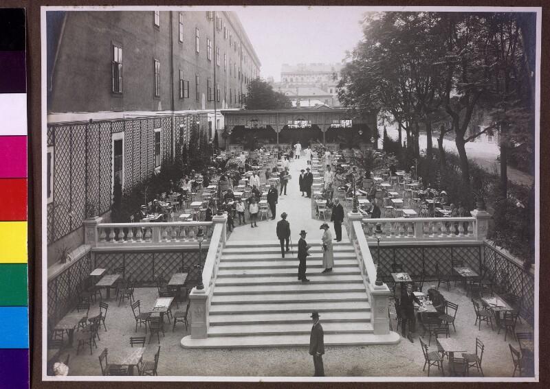 Blick auf eine große Restaurant-Terrasse