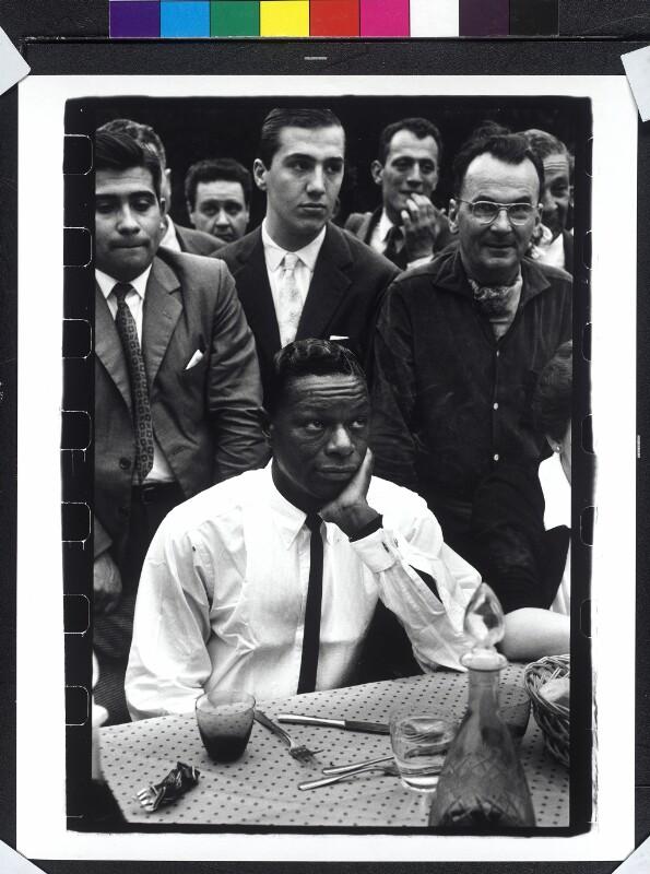 Nat King Cole vor Esstisch