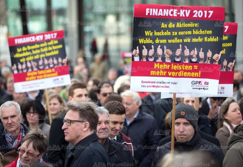 BANKANGESTELLTE DEMONSTRIEREN FÜR GEHALTSERHÖHUNG