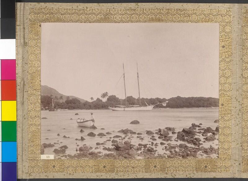 """Die Yacht """"Tolna"""" im Hafen von Rarotonga"""