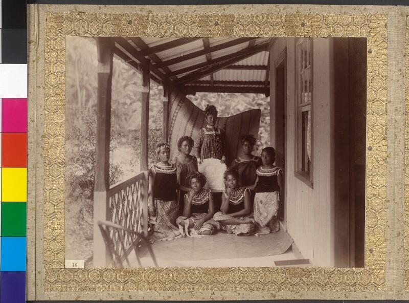 Frauen aus dem Gefolge der Königin der Manuainseln (Samoa)