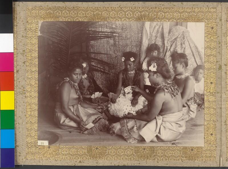 Junge Frauen aus Upolu (Samoa) beim Kartenspielen