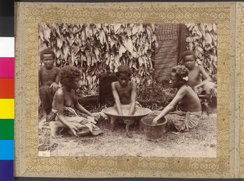Junge Dorfmädchen auf Fidschi bereiten das Getränk Yangona (Kava) zu