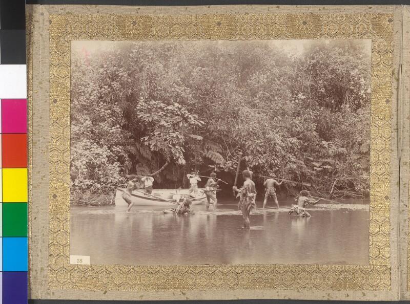 Gestellte Kampfszene zwischen Einheimischen und Bootsbesatzung am Fluss Visari