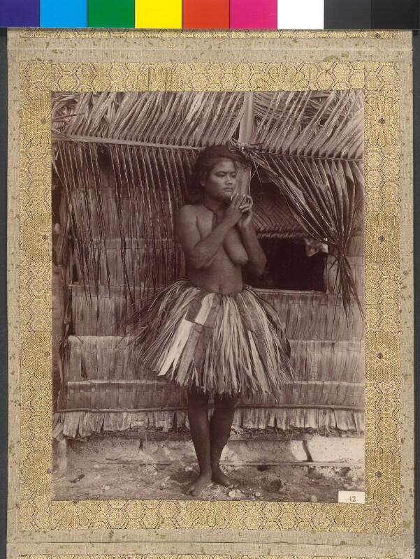 Junge Frau aus Funafuti in traditionellem Bastrock