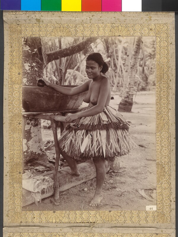 Junge Frau aus Funafuti beim Wasserschöpfen
