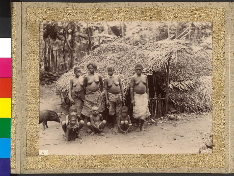 Gruppe von Frauen und Kindern auf der Insel Ambae (ehemals Aoba), Inselrepublik Vanuatu
