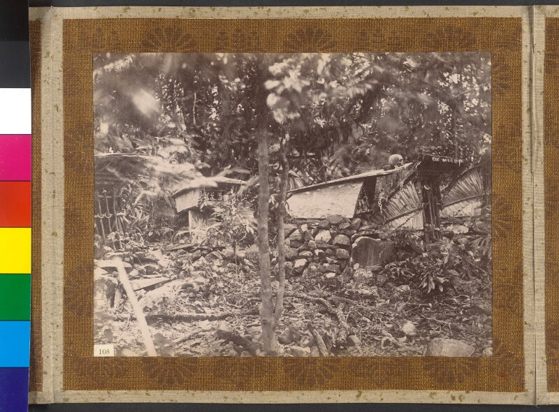 Insel Simbo (Salomonen): Tabuhäuser mit bei der Kopfjagd erbeuteten Schädeln