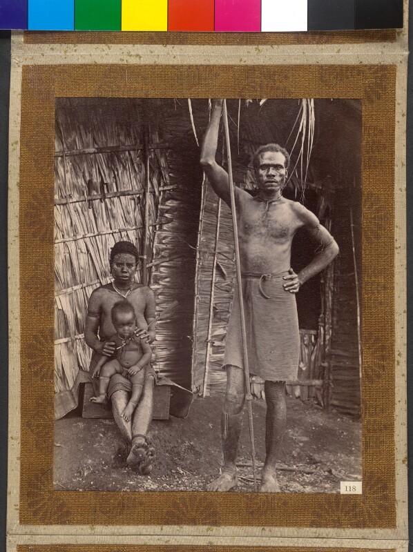 Treasury Inseln (Salomonen): Charlie, Häuptling von Malsy, mit Frau und Kind