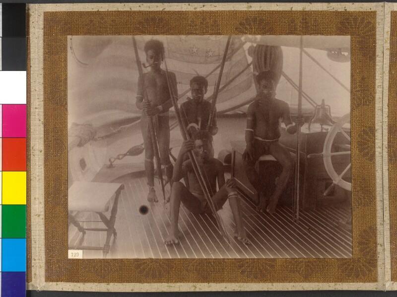 """Insel Bougainville (Salomonen): Einwohner von Numa Numa an Bord der Yacht """"Tolna"""""""