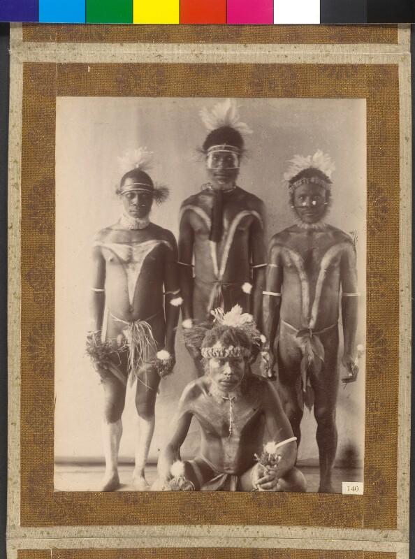 Duke-of-York-Inseln (Bismarck-Archipel): Inselbewohner von Mioko bereiten sich auf ein Fest (Malangan) vor